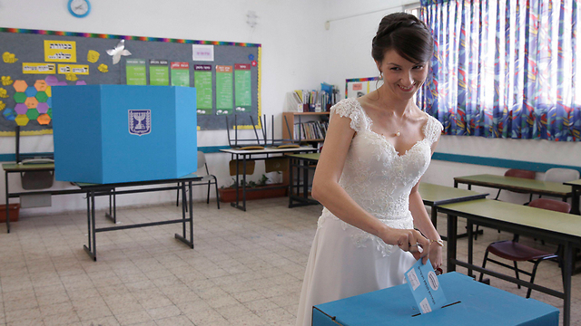 A bride votes in her wedding dress in Holon (Photo: Reuters) (Photo: Reuters)