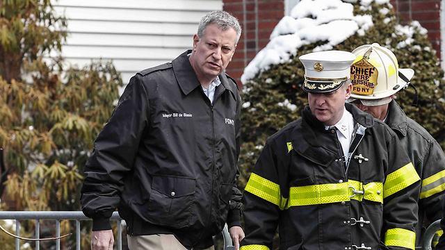 NY Mayor Bill de Blasio visiting the Sassoon home after the disaster. (Photo: Reuters)