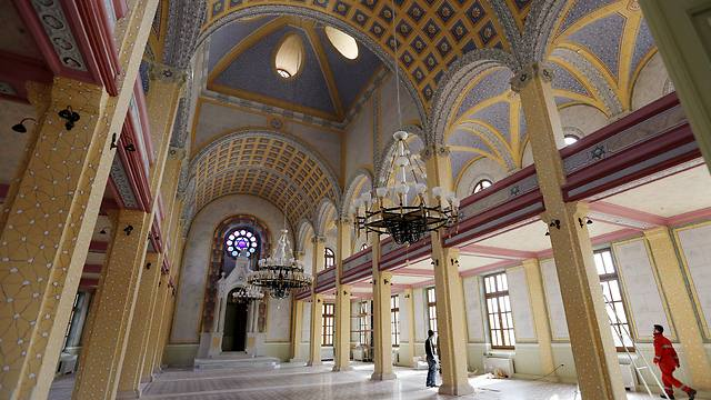 Workers put the final touches during the restoration of the Great Synagogue in Edirne (Photo: Reuters)