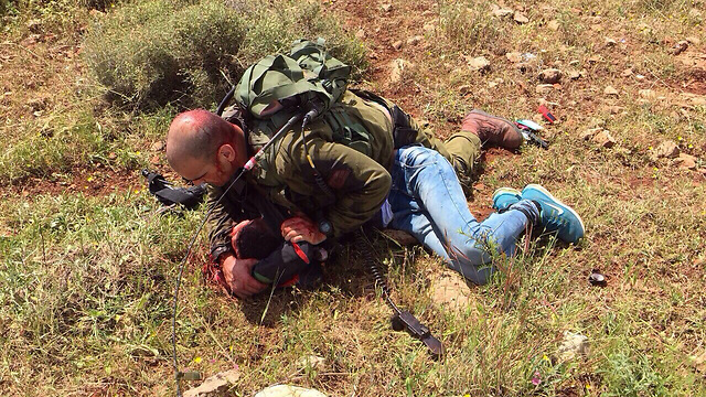 Lietman tackles the Palestinian attacker (Photo: IDF Spokesman) (Photo: IDF Spokesperson's Unit)