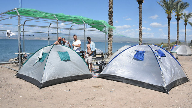 Visitors camping on the beaches of the Sea of Galilee (Photo: Aviyahu Shapira)