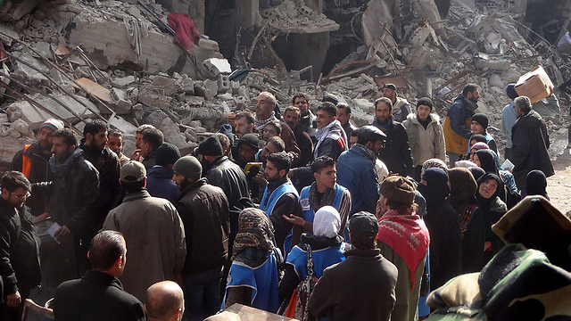Refugees in Yarmouk in line for food (Photo: EPA)