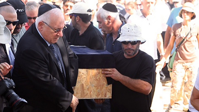 Carrying the coffin of 4-year-old Daniel Tragerman, killed during the last Gaza conflict (Photo: Motti Kimchi)