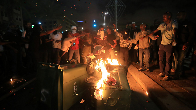 Protesters set garbage bins on fire (Photo: Yaron Brenner)