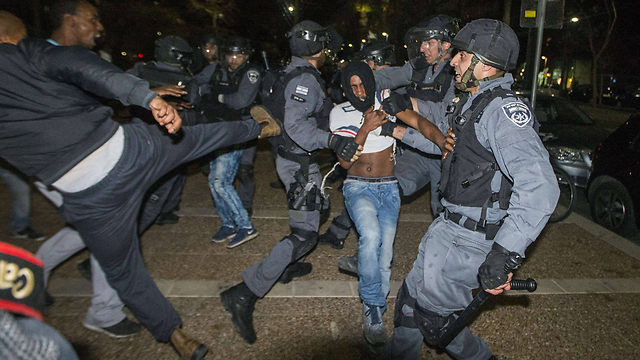Police arrest protesters in Rabin Square (Photo: AFP) (Photo: AFP)