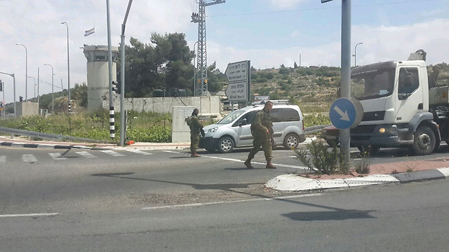 IDF troops stopping vehicles in the area for security checks (Photo: Roi Yanovsky)