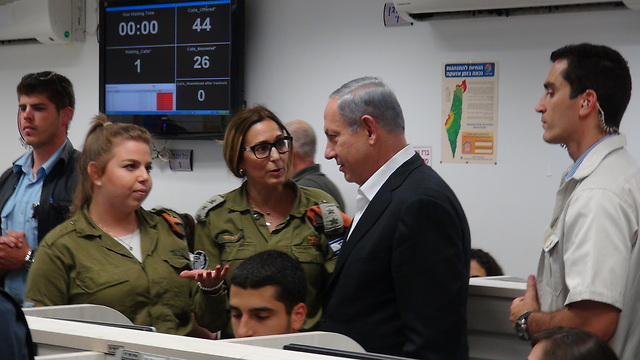 Netanyahu visits Home Front Command soldiers. (Photo: George Ginsberg) (Photo: George Ginsberg)