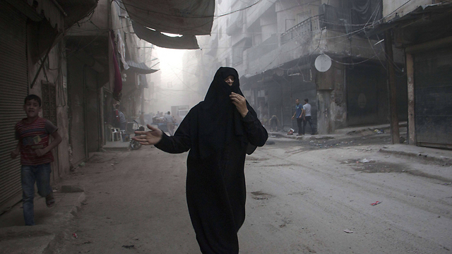 Residents caught in Syria fighting. 'It is Israel's duty to protect its most valuable asset so far in the face of the regional collapse: Its non-involvement (Photo: AFP)