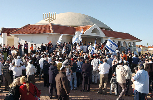 Then: The Menorah on the synagogue in Netzarim, which was burned to the ground (Photo: Gadi Kabalo)