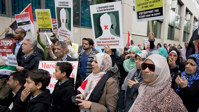 A protest outside a Berlin court to release journalist wanted by Egypt (Photo: AP)