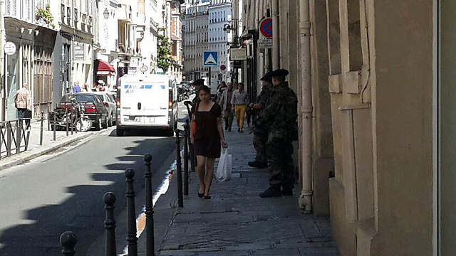 Soldiers outside a synagogue in Paris (Photo: Roi Yanovsky)