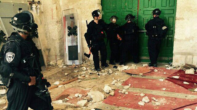Police at the entrance to the mosque (Photo: Police Spokesman's Unit)