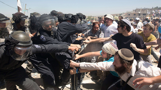 Settlers clash with Border Police forces in Beit El (Photo: AFP)