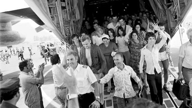 Entebbe kidnapped return to Israel after being rescued (Photo: David Rubinger)