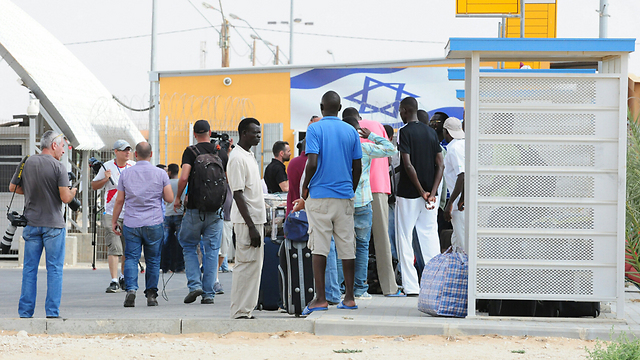 Asylum seekers leaving Holot (Photo: Herzl Yosef)