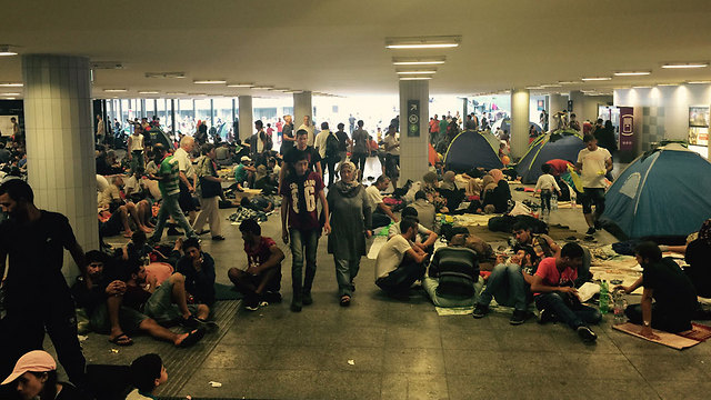 Refugees camping out at a train station in Budapest (Photo: Tommy Hirsch)