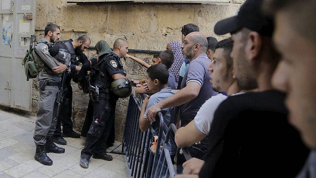 Israeli security forces face Palestinians at the Temple Mount this week (Photo: Reuters)