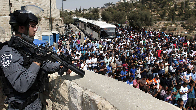 Border Policeman secures entrance to Temple Mount (Photo: AFP)