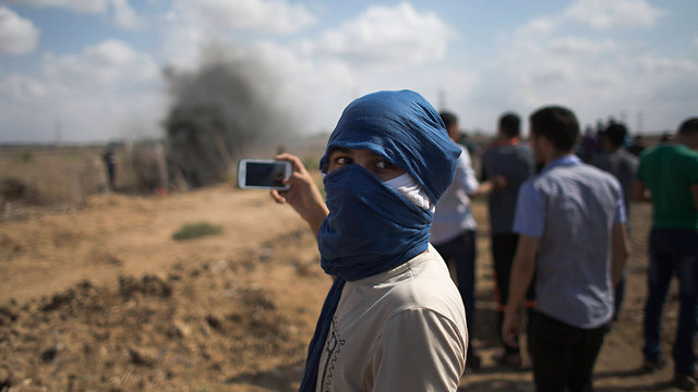 Palestinian in Gaza across from Nahal Oz area on Friday (Photo: AP)
