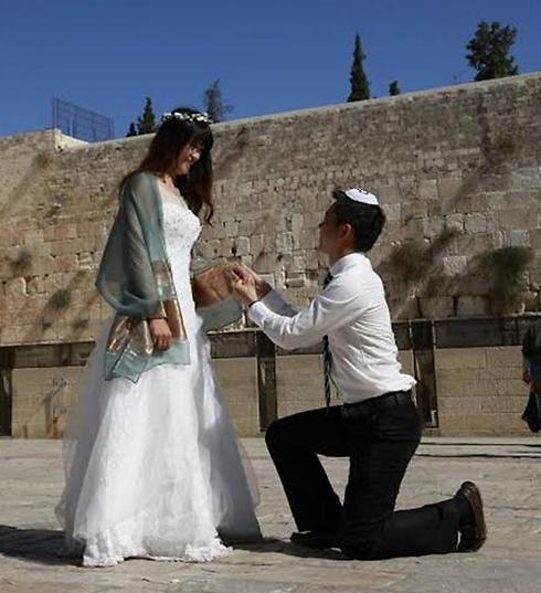 Peng, Proposing at the Western Wall. (Photo: Dror Sithakol)