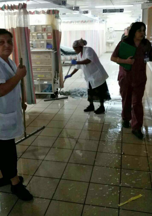 Employees trying to clear the water at Barzilai Medical Center's emergency room (Photo: Ashkelon municipality spokesman)