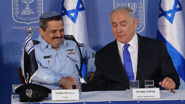 Netanyahu and Alsheikh during the police commissioner's swearing-in ceremony in December 2015 (Photo: Gil Yohanan)