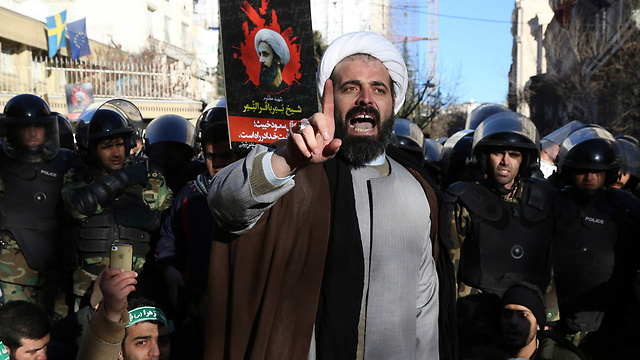 Shi'ite protesters in Tehran. The rivalry with Saudi Arabia complicates things. (Photo: AP)