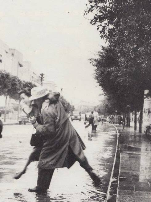 Skipping over a puddle on Dizengoff Street in the 1960s (Photo: Boris Carmi)