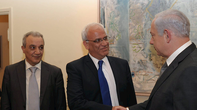 Majid Faraj, left, looking on as Saeb Erekat greets Benjamin Netanyahu (Photo: Amos Ben Gershom) (צילום: עמוס בן גרשום)