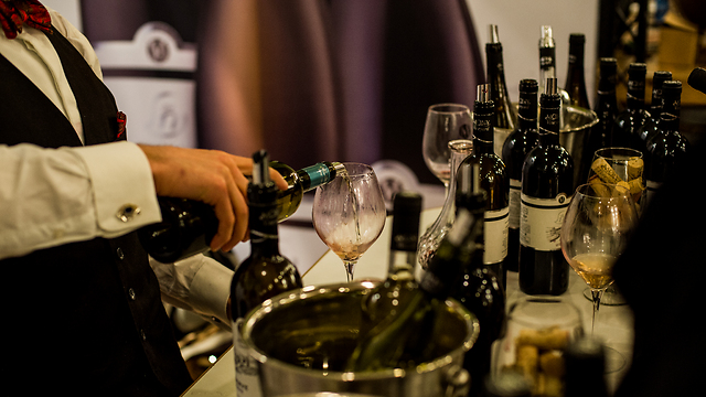 A sommelier pouring Israeli wine (Photo: Kobi Richter, TPS)