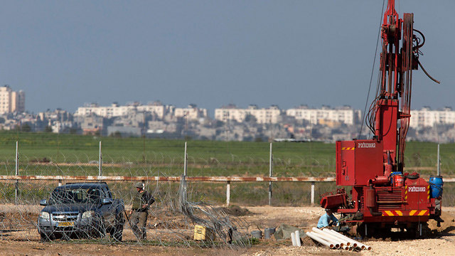 IDF digging, looking for tunnels (Photo: EPA)
