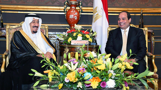 King Salman of Saudi Arabia meets with Egyptian President al-Sisi in Cairo (Photo: EPA)  (API)