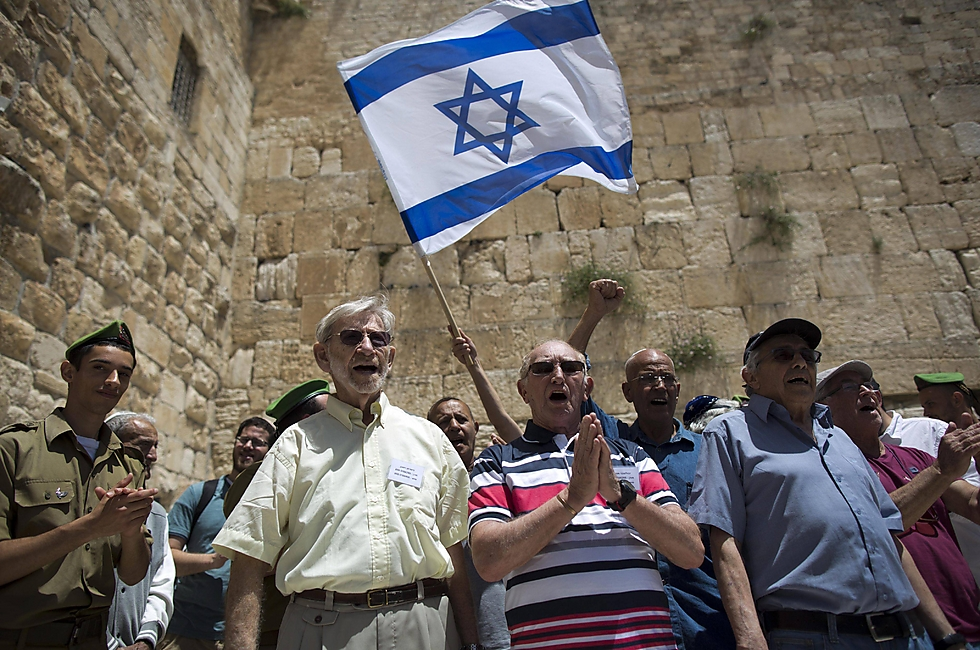 Holocaust survivors celebrating their bar mitzvahs at the Western Wall (Illustration Photo: EPA)