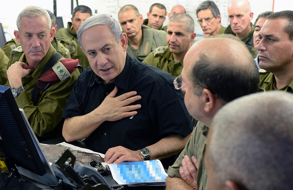 Gantz, Netanyahu and Ya'alon being briefed during a visit to the 162nd Armor Division's command post outside Gaza (Photo: Koby Gideon, GPO)