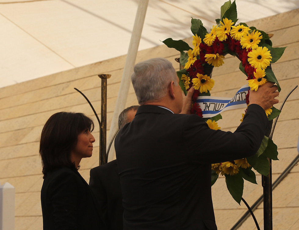 Prime Minister Netanyahu laying a wreath in honor of the fallen soldiers (Photo: Gil Yohanan)