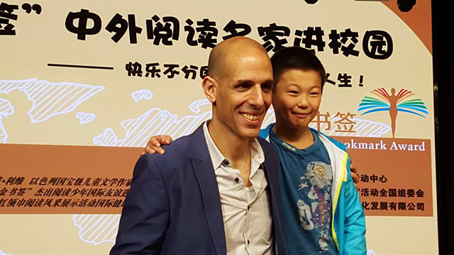 Yanetz Levi with Chinese fan, (Photo: Courtesy of the Israeli embassy in China)