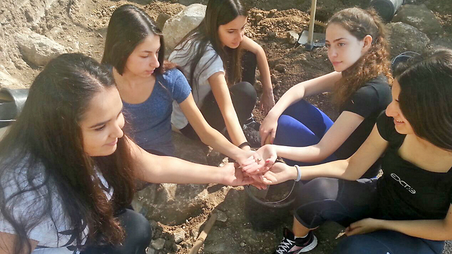 Sophomore girls who discovered the scarab (Photo: Israel Antiquities Authority)
