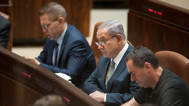 Prime Minister Netanyahu, center, flanked by Public Security Minister Erdan to his right and Transportation Minister Katz to his left (Photo:Yoav Dudkevitch)