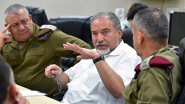 Defense Minister Lieberman, center, meets with IDF Chief of Staff Eisenkot (L) and other senior officials at the Northern Command headquarters (Photo: Ariel Hermoni, Defense Ministry)