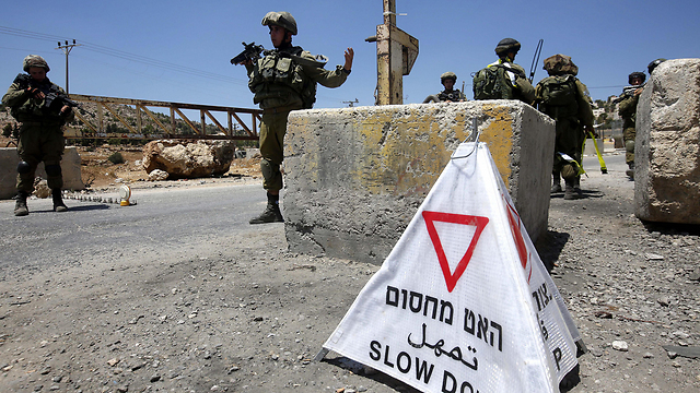 IDF forces in southern Hebron (Photo: EPA)