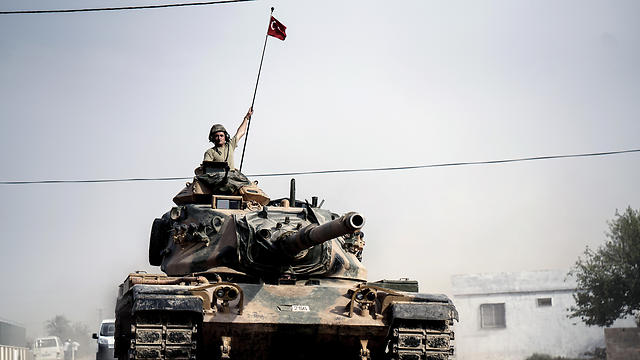 Turkish tank crossing into Syria (Photo: AP)
