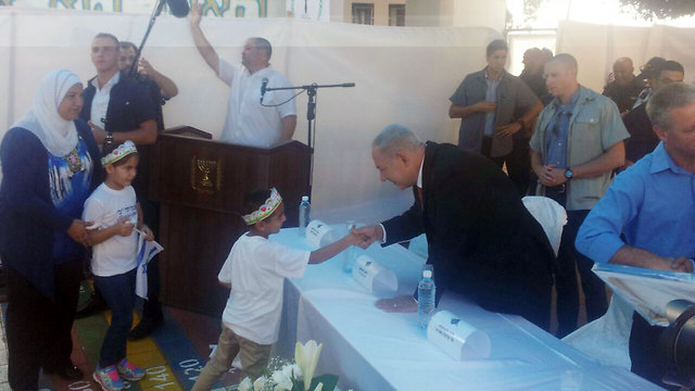 Netanyahu visiting a school in Tamra on the first day of school (Photo: Zohar Shahar)