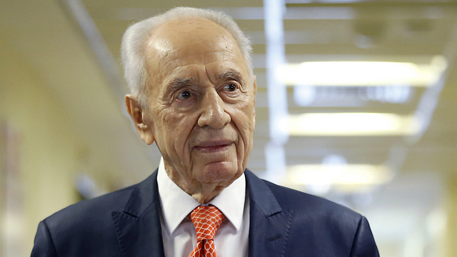 Peres at the hospital in January 2016 (Photo: Reuters)