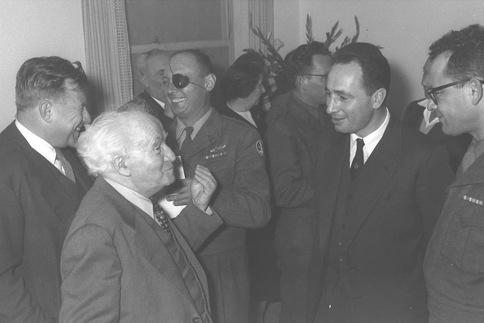 Peres, second on the right, with outgoing IDF chief Moshe Dayan to his right, incoming IDF chief Haim Laskov to his left, Prime Minister David Ben-Gurion and Jerusalem Mayor Teddy Kollek in 1958 (Photo: GPO)