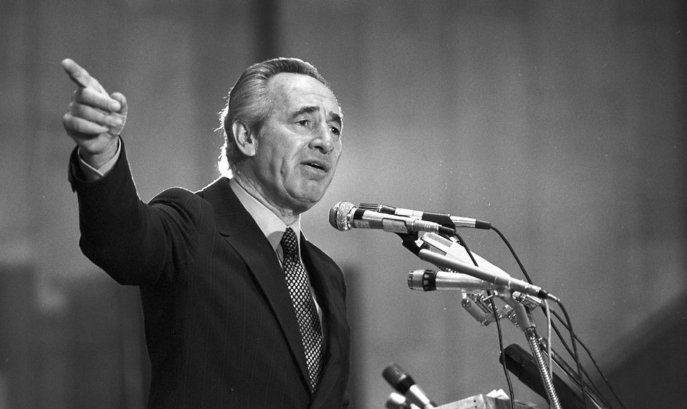 Peres speaking at a Labor party conference in 1980 (Photo: David Rubinger)