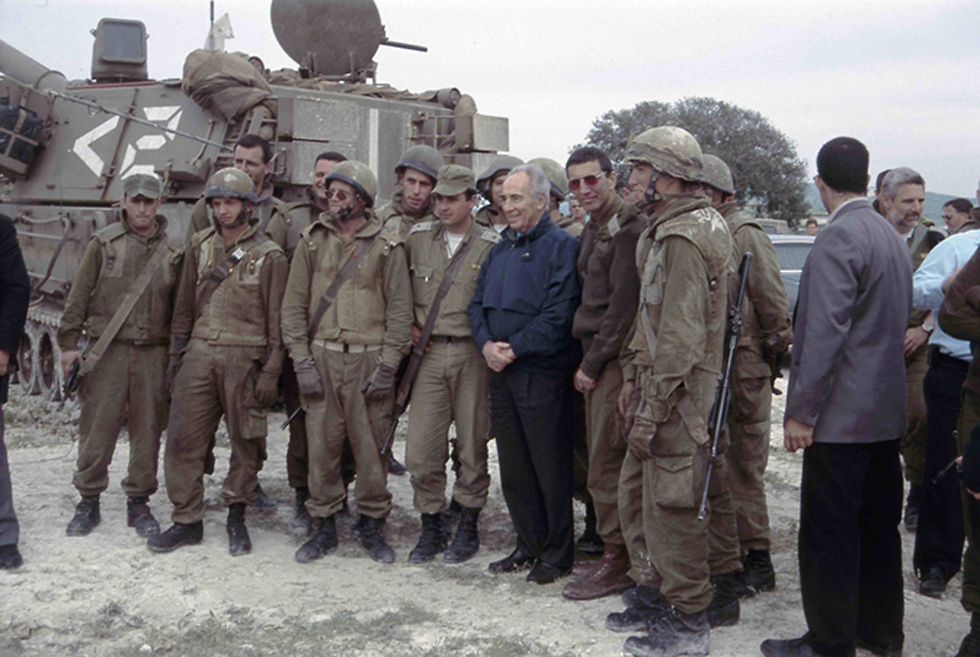 Peres with IDF soldiers in Lebanon during Operation Grapes of Wrath (Photo: IDF Archive)