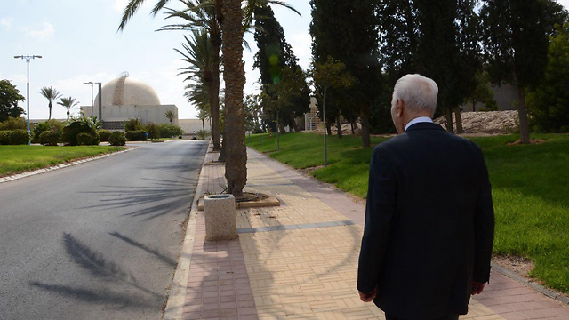 Peres visits the Negev Nuclear Research Center (Photo: Israel Atomic Energy Commission)
