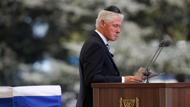 Clinton speaks at Peres's funeral (Photo: AP)