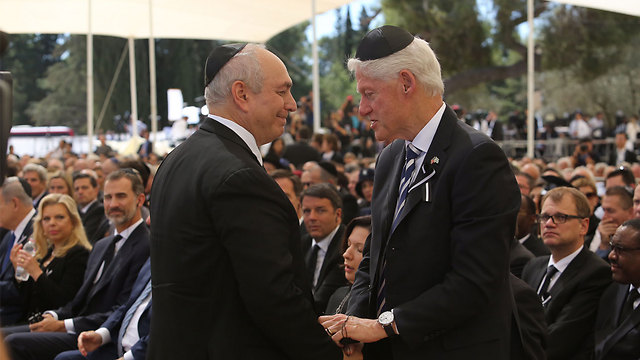 Peres's son, Chemi Peres, being comforted by former US President Bill Clinton (Photo: Gil Yohanan)