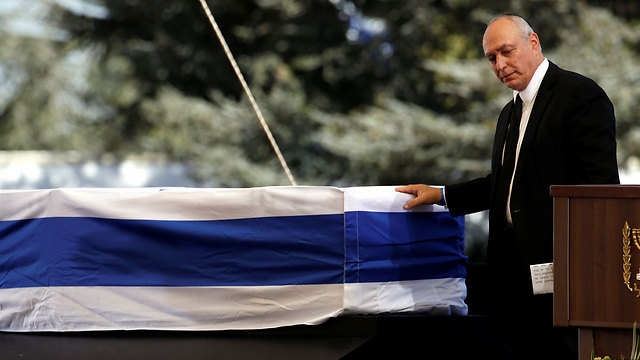 Chemi Peres at his father's casket (Photo: Reuters)